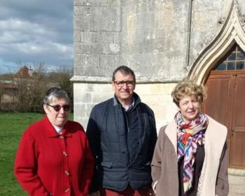 Nadia SOLLOGOUB, Pascal BEAURENAUT, maire et Yvette BOURGET, maire -adjoint devant l'église de Cuncy-Lès-Varzy