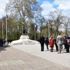 ceremonie-rallye-memoire-pause-devant-monument-aux-morts-nevers
