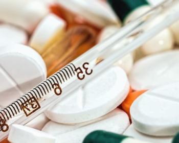 Visuel avec médicaments et thermomètre pour illustrer le thème des soins médicaux