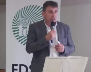 Le président de la FDSEA 58 au micro lors de l'assemblée générale à Cossaye le 18 avril 2019