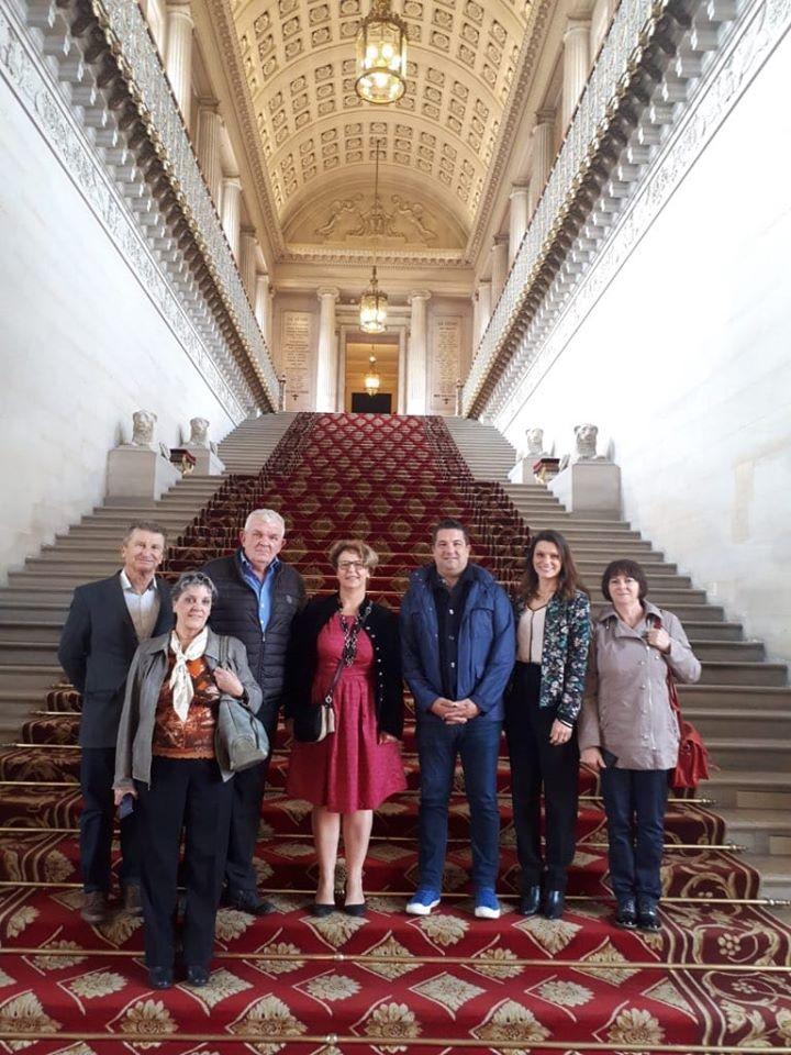 Équipe municipale de Saint-Éloi et Nadia SOLLOGOUB au Sénat au pied du grand escalier