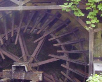 zoom sur la roue du moulin à eau de Moulin l'évêque sur la commune de Saint-Père dans la Nièvre